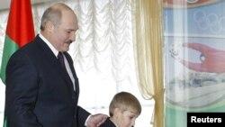 Белорускиот претседател Александар Лукашенко со неговиот син