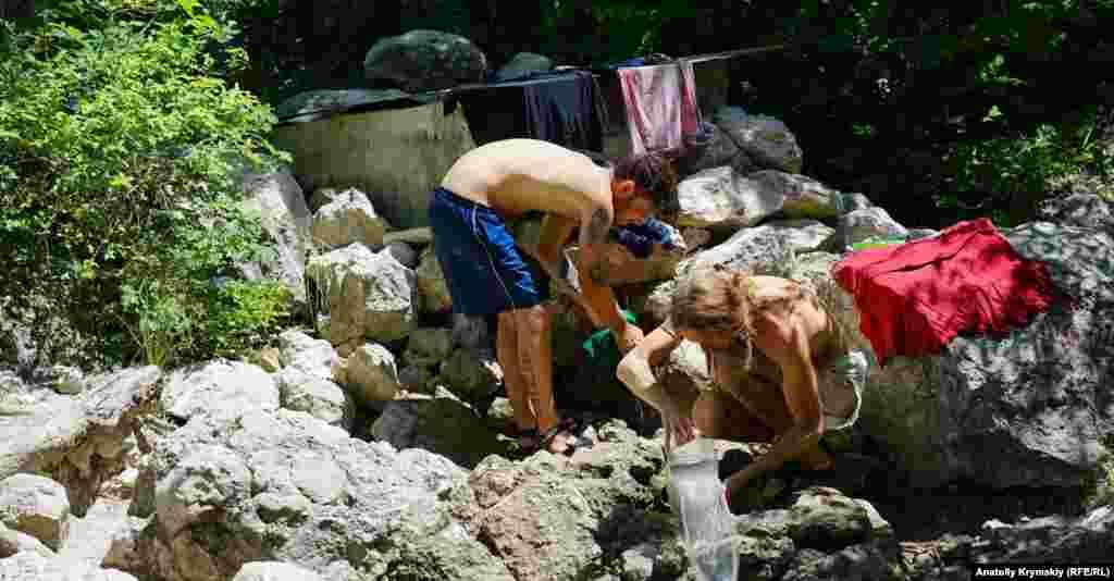 Прямо у Аязьма-Чокрак обитатели разбитого рядом палаточного городка устроили стирку
