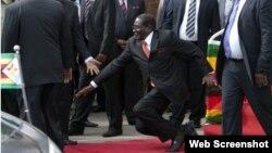 Mugabe belə yıxıldı