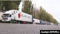 Грузовые машины на кыргызско-казахской границе.
