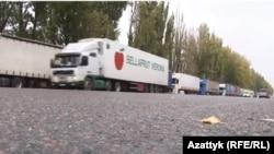 Грузовые автомобили на казахско-кыргызской границе.