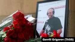 Цветы у портрета журналиста Сергея Доренко, погибшего 9 мая 2019 года в Москве.