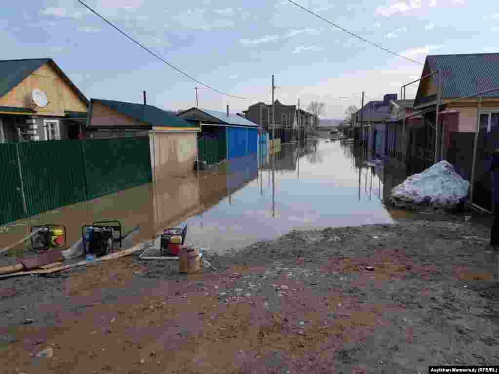 Жители села говорят, что в последние два дня снег на полях рядом с населенным пунктом начал резко таять.