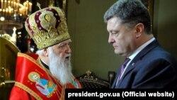 Украина президенті Петр Порошенко (сол жақта) мен патриарх Филарет. 28 желтоқсан 2018 жыл.