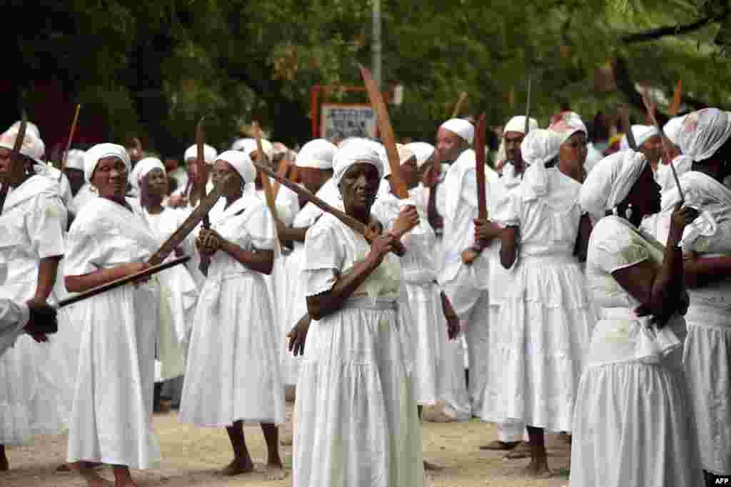 А на Гаити Пасха – совсем не Пасха. Со времен колонизации европейцы насильно обращали рабов, привезенных из Африки, из вуду в христианство. Но африканцы подстроили большинство религиозных ритуалов под католические празднования, сумев сохранить древние традиции. На сегодняшний день около 50% населения страны исповедует вуду, поэтому на Пасху проводят совсем не христианские мессы
