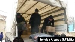 Гуманитарная помощь жителям кыргызского села Чарбак после инцидента в Сохе, 16 января 2013 года.