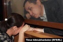 Нұрбек Құшақбаев үкім оқылғаннан кейін жұбайын жұбатып тұр. Астана, 7 сәуір 2017 жыл.