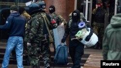 Pjesëtarët e lëvizjes ultra nacionaliste largohen nga hoteli nën mbikëqyrjen e policisë