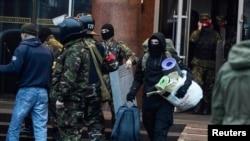 """""""Правы сэктар"""" пакідае гатэль """"Дняпро"""". 1 красавіка 2014 году"""