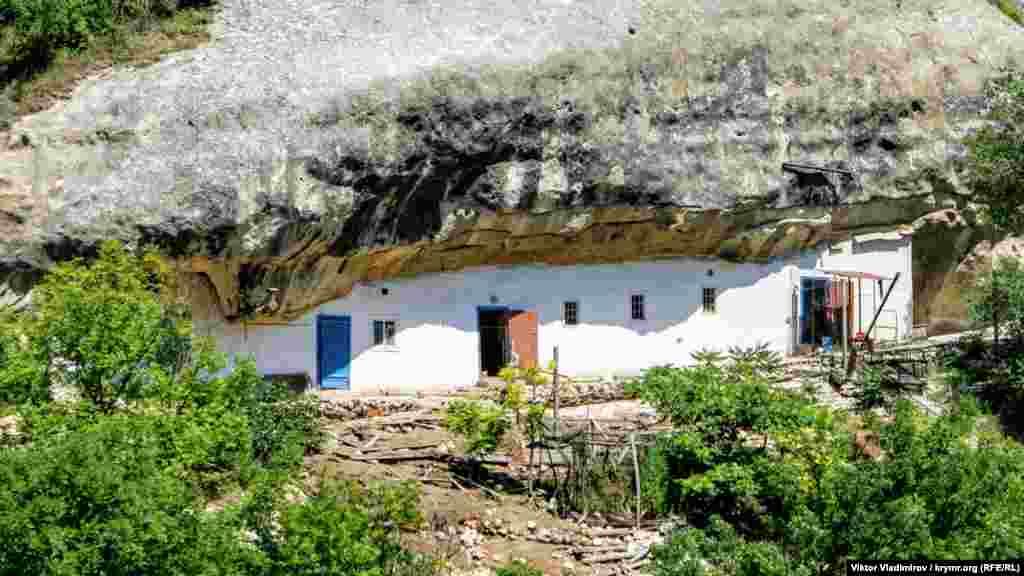 Жилье монахов, расположенное недалеко от колокольни