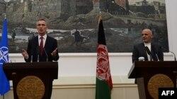 Єнс Столтенберґ (л) і Ашраф Гані (п) на прес-конференції у президентському палаці в Кабулі, 6 листопада 2014 року