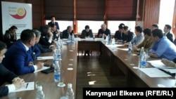Жаш ишкерлердин баш прокурор Индира Жолдубаева, Бишкек мэри Кубанычбек Кулматов менен жолугушуусу