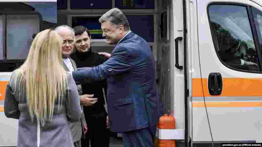 Літак з Геннадієм Афанасьєвим і Юрієм Солошенком приземлився у аеропорту «Бориспіль». Їх відразу повезли до лікарні. Київ, Україна, 14 червня 2016 року