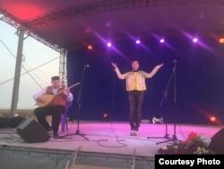 Концерт крымскотатарских артистов. На сцене Эльзара Баталова и Джемиль Кариков