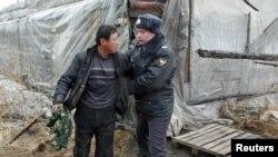 Милиция задерживает нелегальный мрудовых мигрантов из Китая на ферме под Красноярском, 7 апреля 2011
