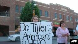 گروهی پس از به قتل رسیدن دکتر تیلر از وی به عنوان قهرمان یاد کردند.