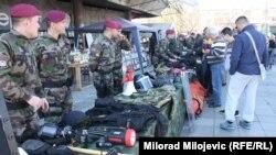 Policija na trgu Krajine u Banjaluci pokazuje opremljenost