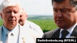 Президент України Петро Порошенко (п) та його батько Олексій Порошенко