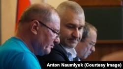 Ильми Умеров с адвокатами на заседании суда.