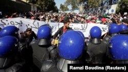 Студенты и полиция в университетском квартале Алжира, 3 марта 2019