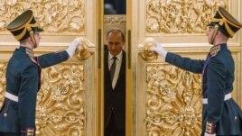 Ресей президенті Владимир Путин Кремль залына кіріп келеді. Мәскеу, 23 желтоқсан 2014 жыл