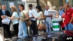Граѓани чекаат во ред за поднесување барање за виза