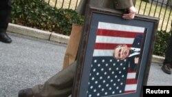 """Президент Барак Обама өзүнөн мурдакы президент Жорж Буштун """"озунуп сокку уруу"""" доктринасын """"архивге"""" жөнөттү."""