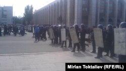 Шерушілерге қарсы шығарылған қауіпсіздік қызметкерлері. Бішкек, 3 қазан 2012 жыл.