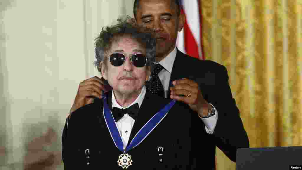 U.S. President Barack Obama presents the Presidential Medal of Freedom to musician Bob Dylan during a ceremony in the East Room of the White House in Washington, D.C. on May 29. (Reuters/Kevin Lamarque)