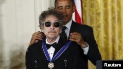 """Abş prezidenti Barack Obama Bob Dylanı """"Azadlıq medalı"""" ilə təltif edir."""