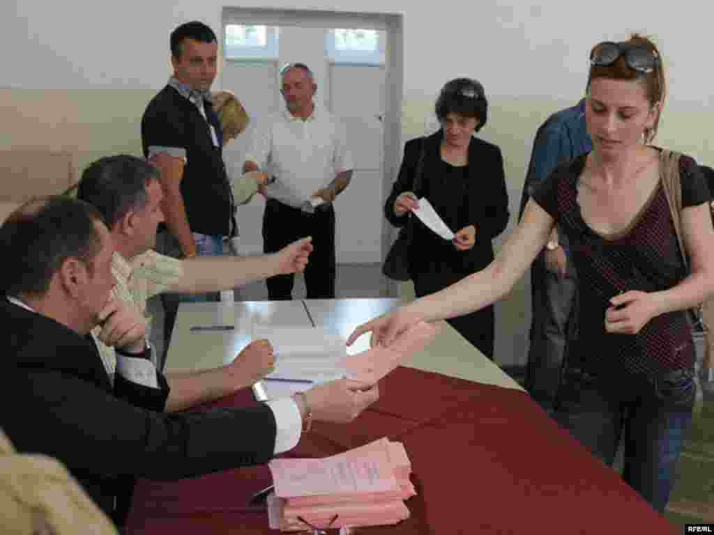 U Crnoj Gori održani lokalni izbori u 14 opština. Glavna politička borba se vodila u Podgorici između koalicije koju predvodi Demokratska partija socijalista i udružene opozicije, 23.05.2010. Foto: Savo Prelević
