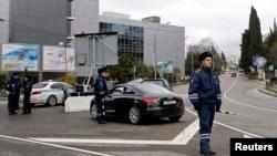 Жолдағы қозғалысты бақылап тұрған жол-полиция қызметкерлері. Сочи, Ресей, 30 қаңтар 2014 жыл. (Көрнекі сурет)