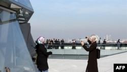 Турецкие девушки фотографируются на фоне Рейхстага