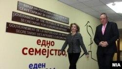 Вицепремиерката Теута Арифи и известувачот во за Македонија во ЕП Ричард Ховит.