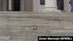 Bager u čast preminulog Džoa bageriste na stepenicama Skupštine Srbije, 11.