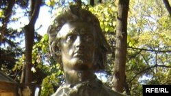 Statuia lui Mihai Eminescu la Chişinău