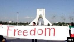 يکی از مشخصه های تحولات سياسی در ايران در سال های گذشته، گسترش فعاليت های اجتماعی و مدنی بود.(عکس: EPA)