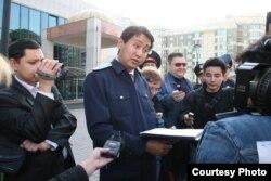 Представитель прокуратуры требует у журналистов «Республики» свернуть акцию протеста. Алматы, 2 ноября 2009 года.
