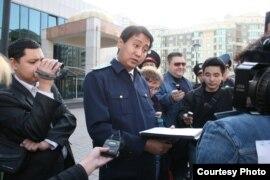 Представитель прокуратуры говорит журналистам независимой газеты «Республика», что их акция протеста незаконная.