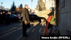 Milo Đukanović polaže venac na spomen ploču ubijenom Zoranu Đinđiću