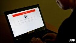Қытайда жабылып қалған сайтты аша алмай отырған интернет қолданушы. Пекин, 4 қаңтар 2013 жыл. (Көрнекі сурет)