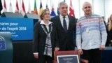 Наталья Каплан (слева), Антонио Таяни (центр) и Дмитрий Динзе (справа) в Европарламенте, 12 декабря 2018 года