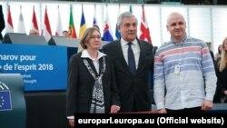 Rodica Olega Sencova sa predsjednikom Evropskog parlamenta i njegovim advokatom prima nagradu