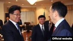 ШҰАА партия комитеті хатшысы Чжан Чуньсянь (сол жақта) және Қазақстан премьер-министрінің бірінші орынбасары Бақытжан Сағынтаев (оң жақта). Астана, 3 мамыр 2016 жыл.