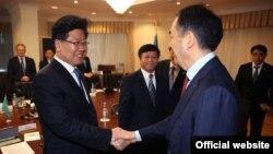 Премьер министрдің бірінші орынбасары Бақытжан Сағынтаев (оң жақта) Қытай Коммунистік партиясы орталық комитеті саяси бюросының мүшесі, Шыңжаң Ұйғыр автономиялық ауданы партия комитетінің хатшысы Чжан Чуньсянмен кездесіп тұр. Астана. 3 мамыр 2016 жыл.