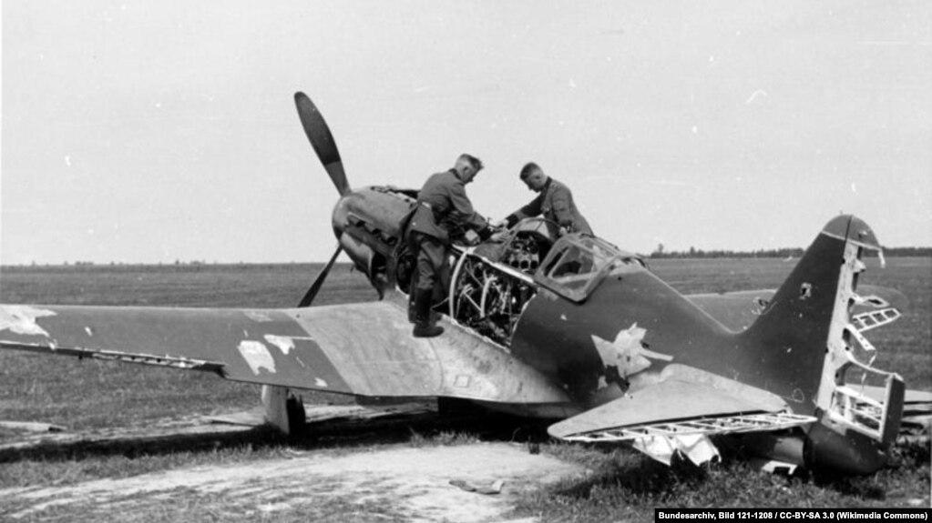 Уничтожен МиГ-3 на полевом советском аэропорту около Белостока