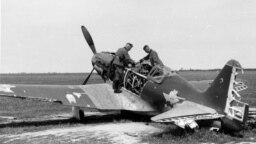 Зьнішчаны МіГ-3 на палявым савецкім аэрапорце каля Беластока