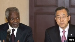 БҰҰ-ның бас хатшысы Пан Ги Мун (оң жақта) мен ұйымның Сириядағы арнаулы елшісі Кофи Аннан (сол жақта).