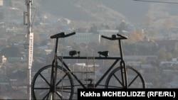 Гораздо меньше удивил тбилисцев гигантский велосипед длиной в семь и высотой в четыре с половиной метра
