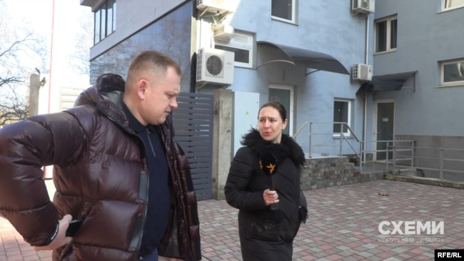 Андрія Каращенка знімальна група зустріла в Ужгороді вранці 5 березня, але той проігнорував журналістів
